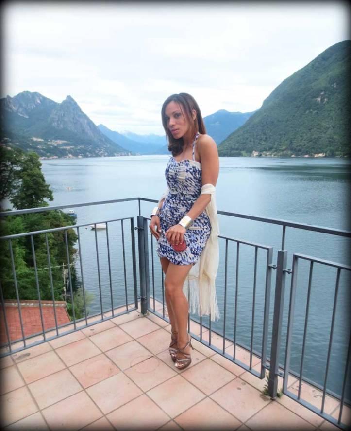 switzerland-suiza-lugano-stripes-top-rayas-denny-rose-angie-reyn-falda-de-cuero-gafas-prada-fashion-blogger-personal-shopper-madrid-high-heels