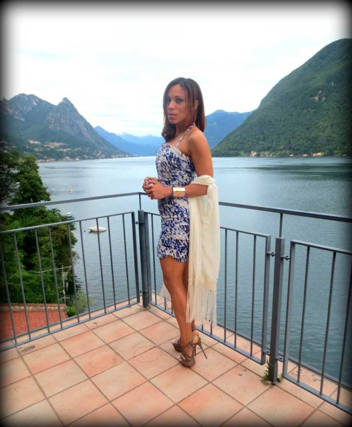 switzerland-suiza-lugano-stripes-top-rayas-denny-rose-angie-reyn-falda-de-cuero-gafas-prada-fashion-blogger-personal-shopper-madrid-lago-lugano