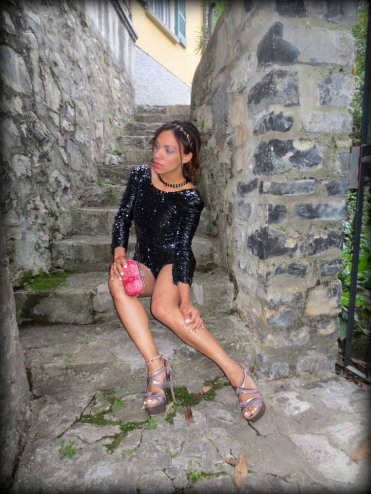 switzerland-suiza-lugano-stripes-top-rayas-denny-rose-angie-reyn-falda-de-cuero-gafas-prada-fashion-blogger-personal-shopper-madrid-miss-selfridge-sequin-playsuit-clutch
