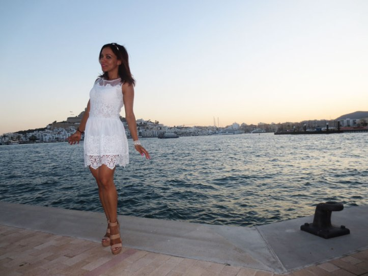 angienewlook-angie-reyn-adlib-ibiza-isla-pitiusa-crown-flower-crown-headpiece-la-marina-platform-wedges-sandalias-mary-paz-white-dress-vestido-blanco-puerto-de-ibiza