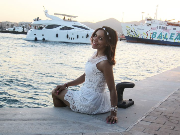 angienewlook-angie-reyn-adlib-ibiza-isla-pitiusa-crown-flower-crown-headpiece-la-marina-platform-wedges-sandalias-mary-paz-white-dress-vestido-blanco