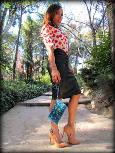 denny-rose-la-strada-nude-stilettos-zapatos-de-salon-falda-polipiel-camisa-de-lunares-rojos-angienewlook-angie-reyn-blogger-fashion-stylist-clutch