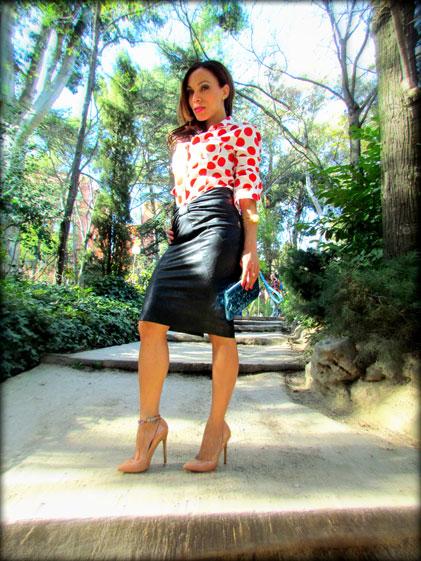 denny-rose-la-strada-nude-stilettos-zapatos-de-salon-falda-polipiel-camisa-de-lunares-rojos-angienewlook-angie-reyn-blogger-fashion-stylist-michal-kors