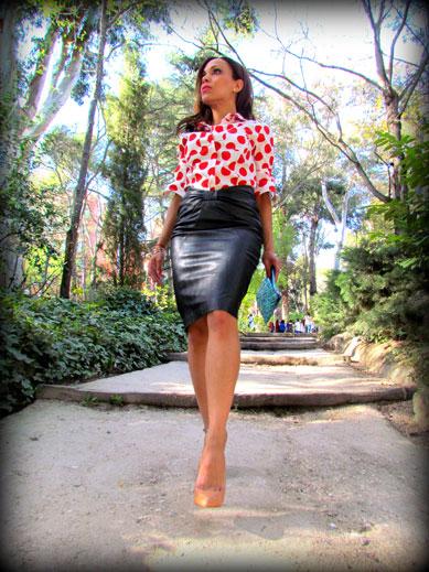 denny-rose-la-strada-nude-stilettos-zapatos-de-salon-falda-polipiel-camisa-de-lunares-rojos-angienewlook-angie-reyn-blogger-fashion-stylist-zapatos-de-salón-color-carne