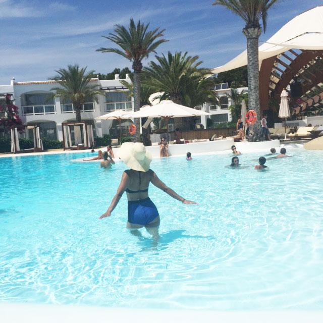 destino-pacha-ibiza-resort-angienewlook-angie-reyn--bikini-vintage-turban-estilo-estlista-de-moda-madrid-piscina-moda-baño-bikini-sesentero