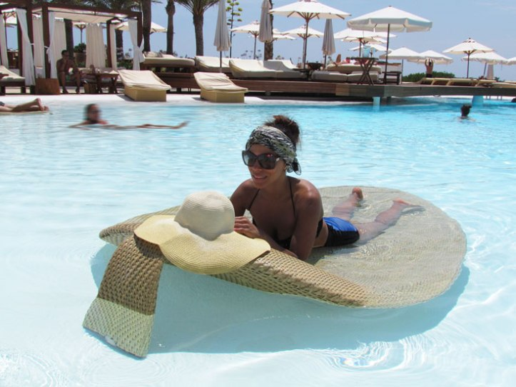 destino-pacha-ibiza-resort-angienewlook-angie-reyn--bikini-vintage-turban-estilo-estlista-de-moda-madrid-piscina-moda-baño-turbante-floppy-hat