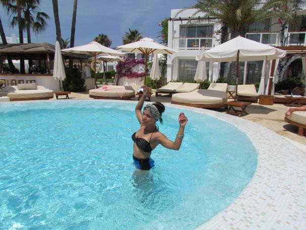 destino-pacha-ibiza-resort-angienewlook-angie-reyn--bikini-vintage-turban-estilo-estlista-de-moda-madrid-piscina-moda-baño