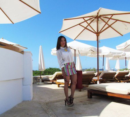 destino-pacha-ibiza-resort-santa-eulalia-isla-pitiusa-angienewlook-angie-reyn-estilista-de-moda-fashion-stylist-stripe-skirt-falda-de-rayas-camisa-blanca