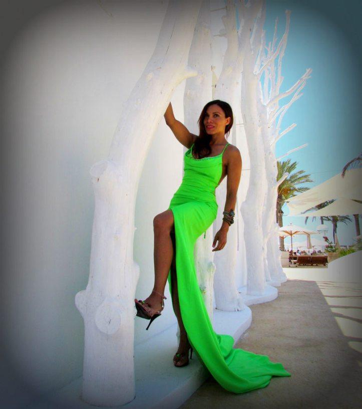 arquimedes-llorens-alta-costura-haute-couture-vestido-fluor-angienewlook-angie-reyn-destino-pacha-ibiza-gown-coral-lips-estilista-de-moda-personal-shopper-madrid-sandalias-de-tacon