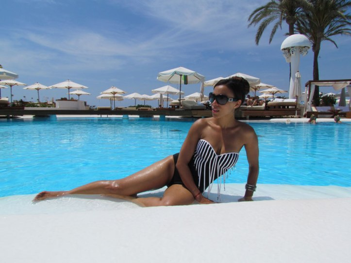 bañador-pareo-arquimedes-llorens-beachwear-swimsuit-angie-angienewlook-angie-reyn-sarong-high-heels-estilo-moda-baño-angienewlook-animal-print-gafas-guess-que-me-pongo