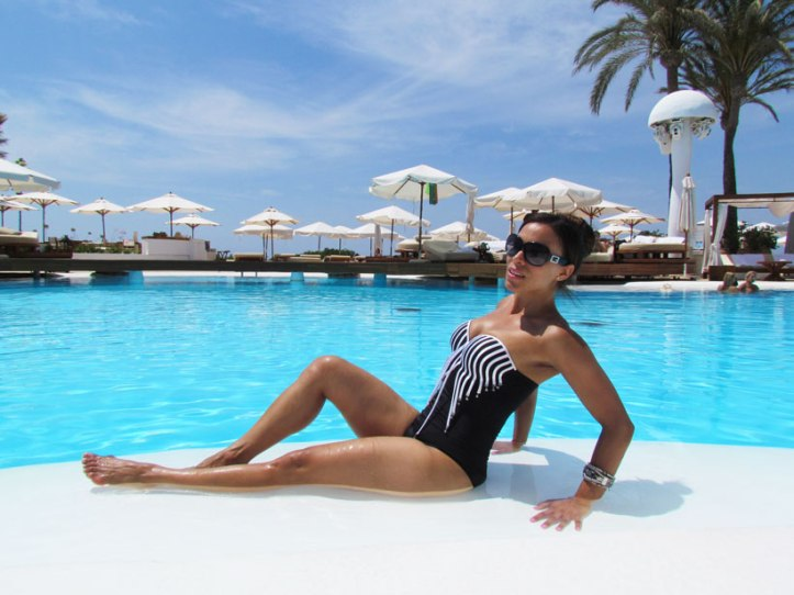 bañador-pareo-arquimedes-llorens-beachwear-swimsuit-angie-angienewlook-angie-reyn-sarong-high-heels-estilo-moda-baño-angienewlook-animal-print-gafas-guess-sunglasses