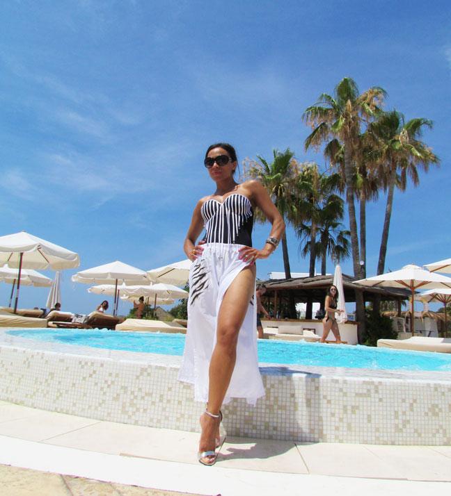bañador-pareo-arquimedes-llorens-beachwear-swimsuit-angie-angienewlook-angie-reyn-sarong-high-heels-estilo-moda-baño-angienewlook-blanco-y-negro