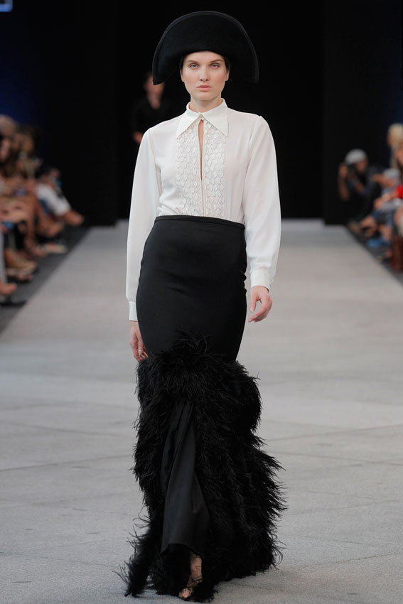 EugenioLoarce_falda-de-plumas-falda-larga-headpiece-white-shirt-mfshow-ss2016-angienewlook-angie-reyn-front-row-alta-costura-haute-couture-modelo-ladylike-models-tresemme-spain