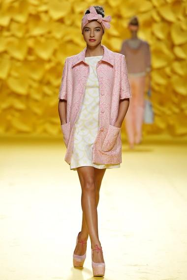 mbfwm15-mbfwmadrid p-v-2016-agatha ruiz de la prada-lolita-años 50-pasarela españa-semana de la moda madrid-abrigo manga corta