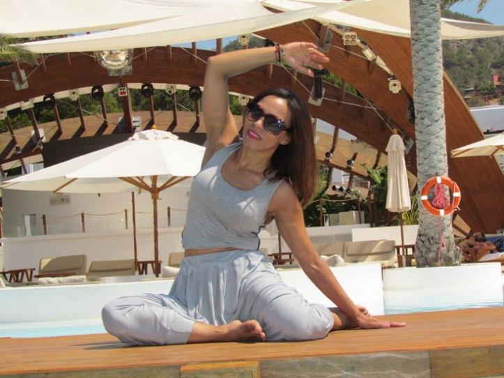 urban-bamboo-angienewlook-angie-reyn-eco-friendly-destino-ibiza-yoga-session-gym-estilo-en-el-gimnasio-angie-reyn-moda-fashion-estilo-lifestyle-gafas-sunglasses-armani-exchange-sportswear