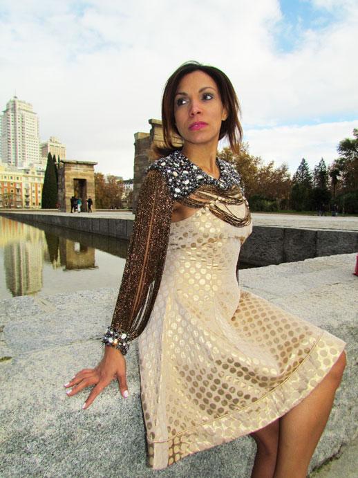 plaza-de-españa-madrid--vestido-de-virginia-abzueta-cuello-vintage-pieza-joya