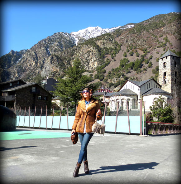 fur-coat-andorra-traveling-sombrero-hat-pompon-blogger-dominicana-personal-shopper
