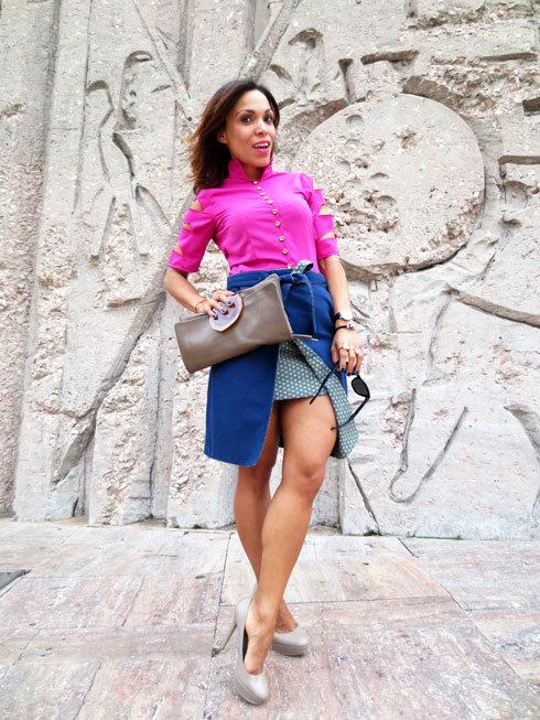 camisa-rosa-de-alfeñique-rojo-falda-azul-con-bolsillos-moda-tendencias-estilo