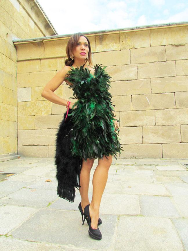 vestido-de-plumas-feathers-dress-stilettos