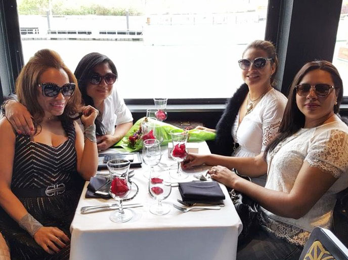 luxury-time-boat-spirit-board-champagne-flowers