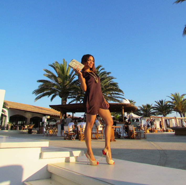 angienewlook-angie-reyn-vestido-arquimedes-llorens-vestido-marron-brown-dress-destino-ibiza-pacha-resort-ibiza-holidays-brown-little-dress