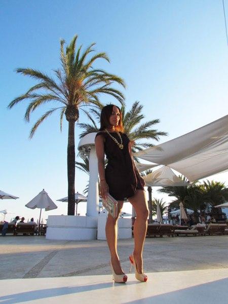 angienewlook-angie-reyn-vestido-arquimedes-llorens-vestido-marron-brown-dress-destino-ibiza-pacha-resort-ibiza-holidays-colgante-dorado