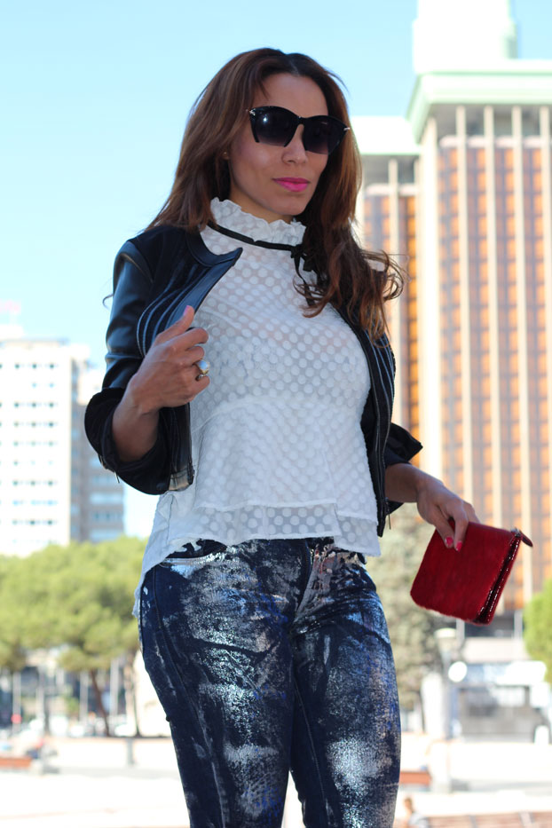 casual-chic-in-metallic-pant-denny-rose-agie-r