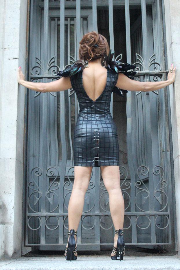 espalda-fibrada-moda-mujer-trend-guerrero-de-la-luz-vestido-con-imperdibles