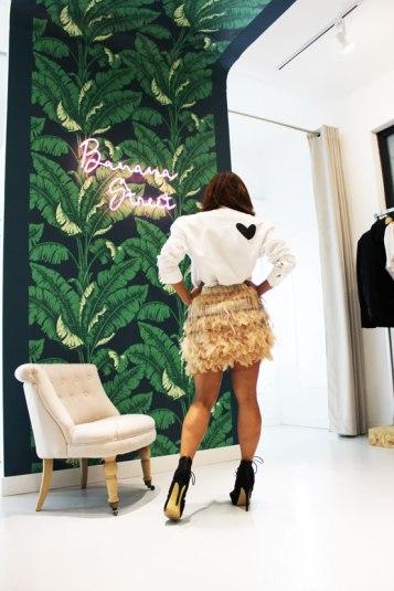 look-navidad-cena-de-empresa-sandalias-negras-camisa-pintada-a-mano-hand-crafted-shirt-camisa-corazon