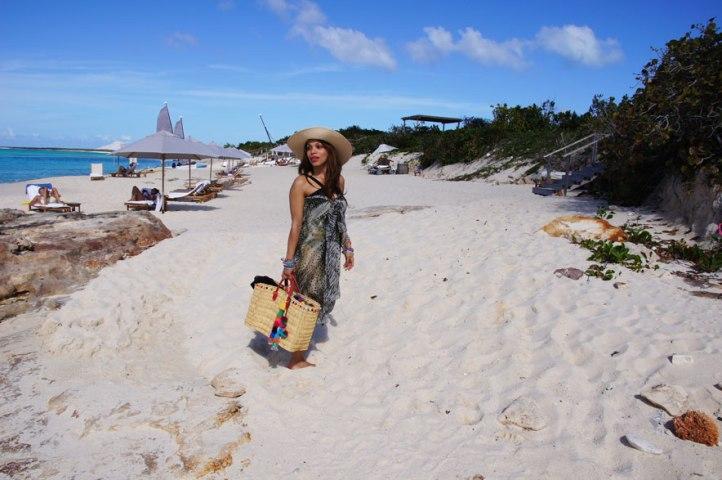 capazo-de-paja-pompoms-bag-sarong-pareo-animal-print-dominicana-por-el-mundo-angelica-reynoso