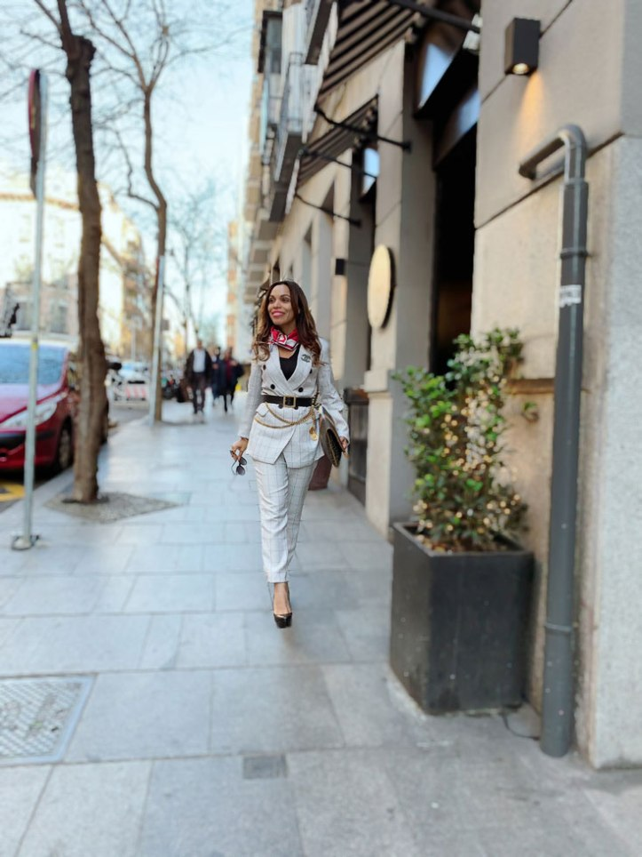 black-pumps-beige-suit-for-women-city-style--madrid